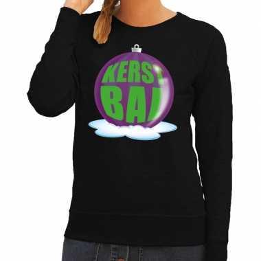 Foute kersttrui kerstbal paars op zwarte sweater voor dames